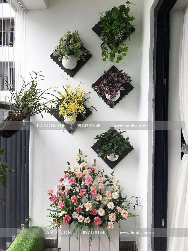 Giỏ hoa giả trang trí ban công